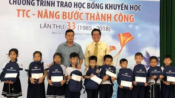 Trao 700 triệu đồng cho 520 sinh viên, học sinh tại Bến Tre