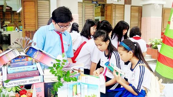 Học sinh say sưa đọc sách tại Ngày hội đọc sách năm 2018 do Phòng GD-ĐT quận 4 tổ chức mới đây