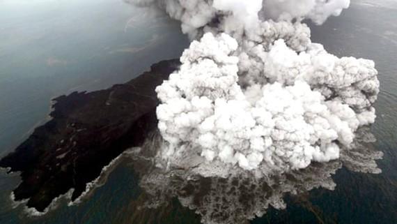 Núi lửa Anak Krakatau gia tăng hoạt động làm tăng nguy cơ sóng thần ở eo biển Sunda. Ảnh: EPA