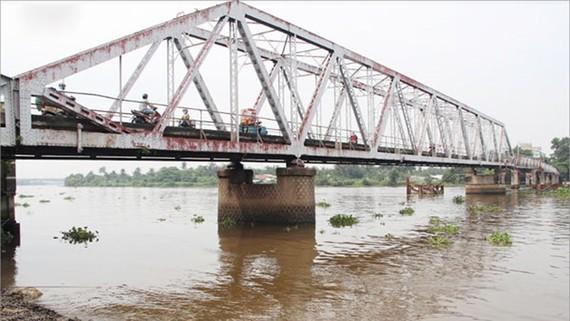 Tạm ngưng tháo dỡ cầu Phú Long