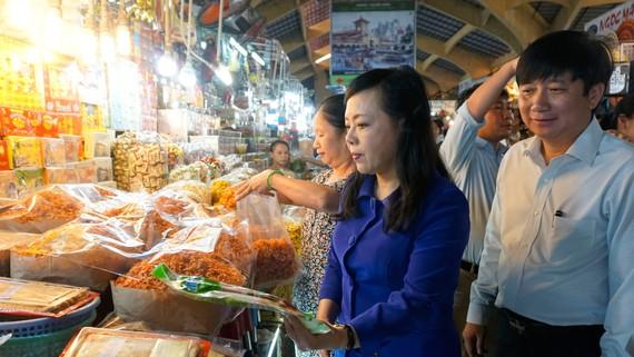 Bộ trưởng Bộ Y tế kiểm tra thực phẩm được bày bán tại chợ Bến Thành, TPHCM