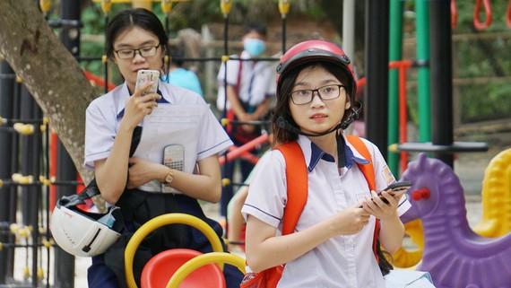 Điện thoại đi động đã là vật dụng phổ biến của học sinh phổ thông. ẢNH: HOÀNG HÙNG