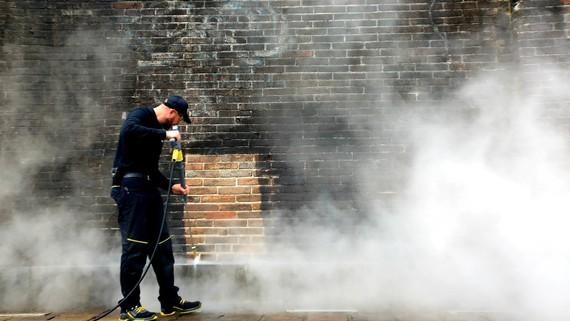 Ứng dụng công nghệ steam cleaning để làm sạch cổng Ngọ Môn - Huế