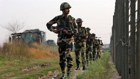 Lực lượng An ninh Biên giới Ấn Độ tuần tra dọc biên giới với Pakistan tại Ranbir Singh Pura. Ảnh: Reuters