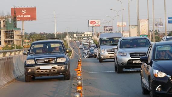 Ô tô đi vào làn đường xe máy trên đường dẫn cao tốc TPHCM - Long Thành. Ảnh: HOÀNG HÙNG