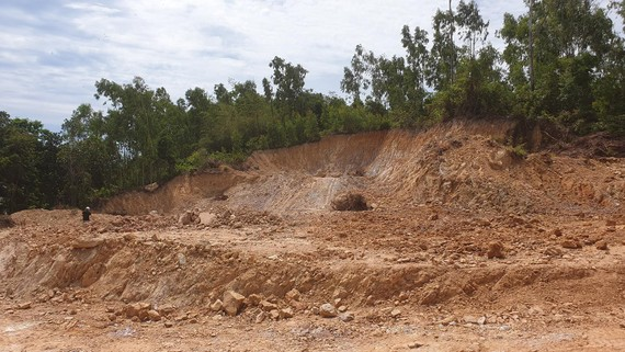 Một mỏ đất đang khai thác của trùm đất lậu