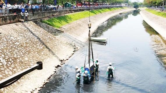 Các thiết bị công nghệ Nano - Bioreactor được đưa xuống sông Tô Lịch để xử lý ô nhiễm hôm 16-5-2019