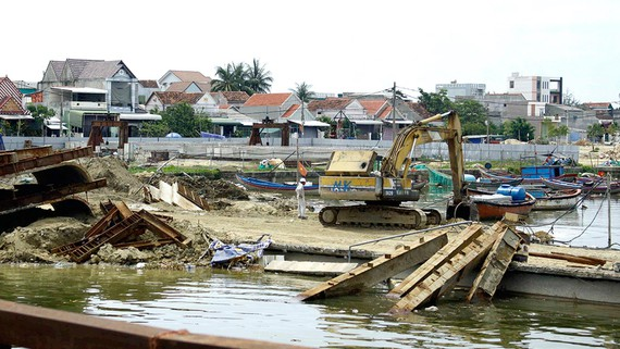 Cảnh ngổn ngang làng biển và tàu cá chìm nhiều năm  mà không ai trục vớt
