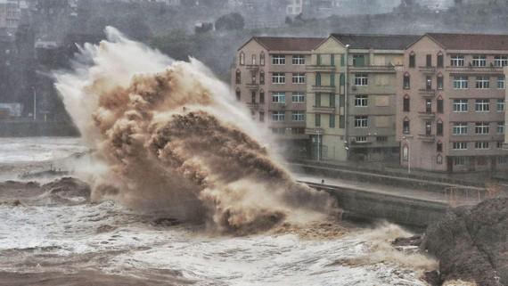 Bão gây mưa to, gió lớn ở bờ biển phía Đông của Trung Quốc. Ảnh: News.sky
