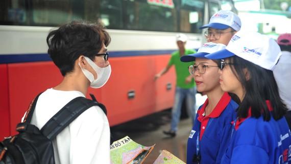 Sinh viên tình nguyện tư vấn, hỗ trợ tìm phòng trọ giúp tân sinh viên tại Bến xe Miền Đông (quận Bình Thạnh, TPHCM)
