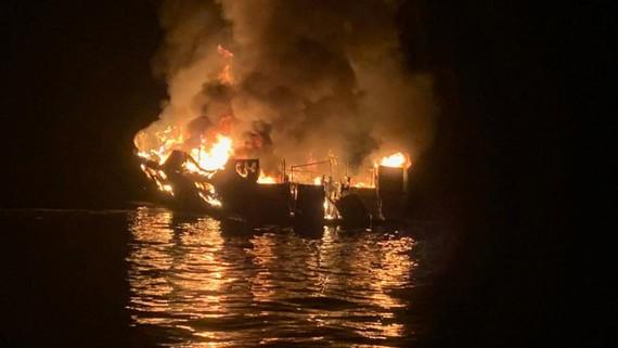 Tàu Conception cháy khi đang neo đậu gần đảo Santa Cruz, ngoài khơi bờ biển thành phố Santa Barbara, với hơn 40 người trên tàu. Ảnh: REUTERS