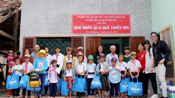 Các thành viên Chi hội Nhà văn Sài Gòn và những học sinh nghèo, hiếu học cùng ông Nguyễn Ngọc Anh trước ngôi nhà nhân ái vừa được trao