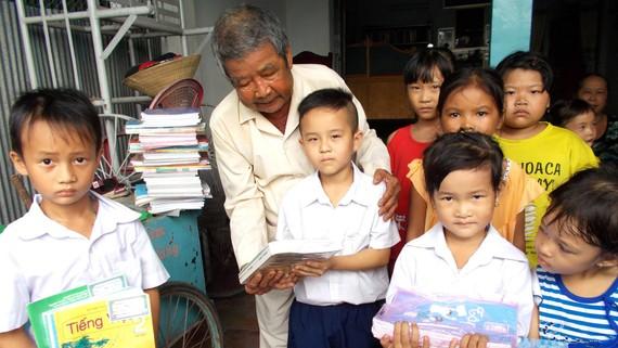Ông Tám Giống tặng sách cho học sinh nghèo đầu năm học