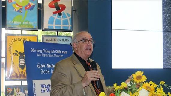 """Ông Ron Carver, thành viên biên soạn quyển sách """"Waging peace in Việt Nam"""" phát biểu tại buổi giới thiệu sách. Ảnh: TTXVN"""
