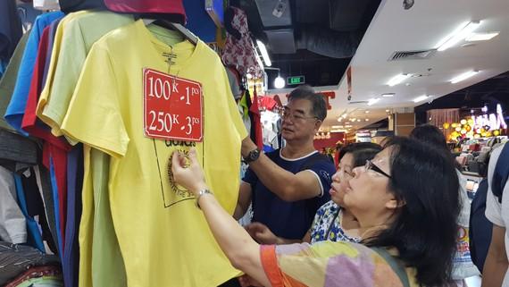 Du khách mua hàng thời trang tại khu chợ dưới lòng đất