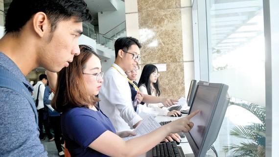 Doanh nghiệp tại TPHCM thực hiện việc khai thuế qua mạng. Ảnh: CAO THĂNG