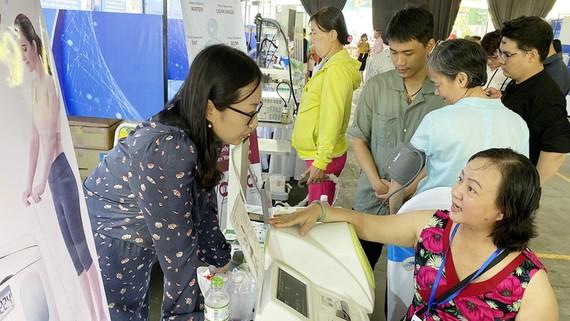 Nhiều người dân đến kiểm tra sức khỏe qua các thiết bị y tế được giới thiệu tại Techmart 2019. Ảnh: T.Ba