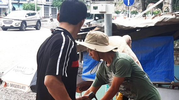 Thợ xây Nguyễn Đình Lộc (áo đen) và Nguyễn Văn Phong (áo xanh) đang làm việc