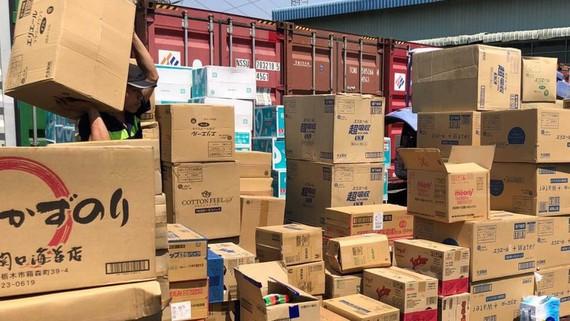 Hải quan TPHCM kiểm tra lô hàng có dấu hiệu sai phạm