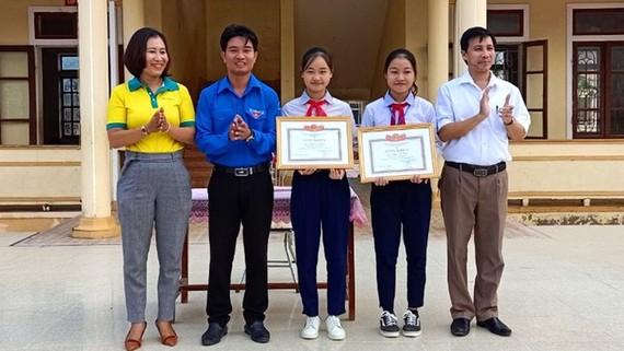 Khen thưởng 2 học sinh nhặt được của rơi tìm người trả lại