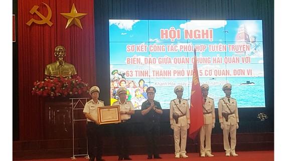 Thượng tướng Nguyễn Trọng Nghĩa trao huân chương Bảo vệ  Tổ quốc hạng nhất cho Bộ tư lệnh quân chủng hải quân