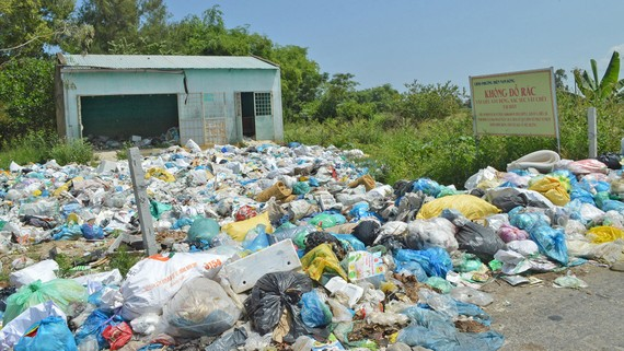 Thị xã Điện Bàn rác thải vung vãi khắp nơi. Ảnh: NGỌC PHÚC