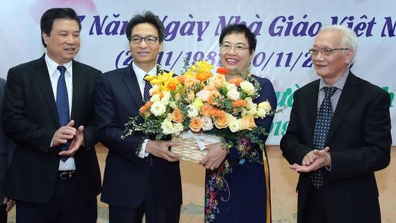 Phó Thủ tướng Vũ Đức Đam tặng hoa chúc mừng đội ngũ giáo viên trường THPT Đinh Tiên Hoàng nhân Ngày Nhà giáo Việt Nam. Ảnh: VGP