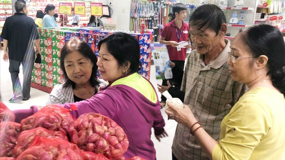 Người dân mua sắm tại Co.opmart SCA  Phạm Văn Chiêu