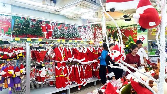 Đồ trang trí Giáng sinh được giảm giá mạnh tại các hệ thống siêu thị
