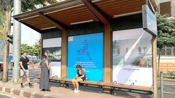 Triển lãm ảnh về ô nhiễm không khí tại trạm xe buýt Hàm Nghi