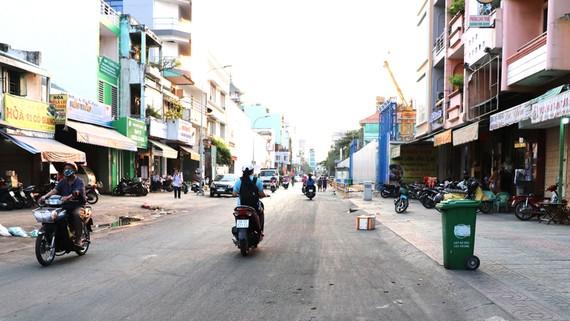 Đường Cô Giang đã thoáng đãng sau khi chợ lề đường được giải tỏa trắng. Ảnh: Thái Phương