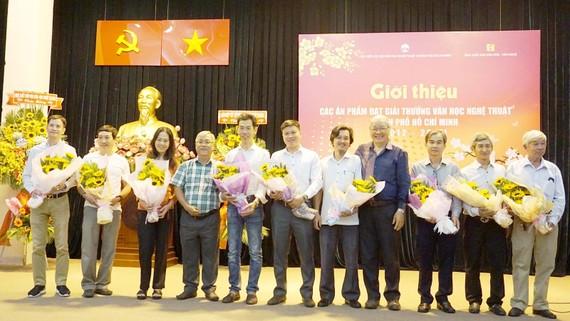 Nhóm tác giả ở lĩnh vực nhiếp ảnh và hội họa nhận Giải thưởng VHNT TPHCM 5 năm lần II