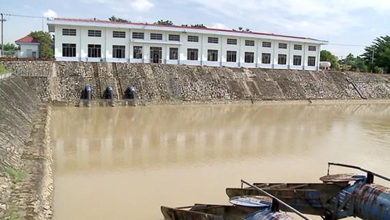 Trong trường hợp 24 giờ liên tục sông Cầu Đỏ bị nhiễm mặn không thể khai thác và xảy ra thiếu nước sinh hoạt do nhiễm mặn thì Chủ tịch UBND TP Đà Nẵng được quyền xem xét, quyết định điều chỉnh vận hành xả nước tại các hồ thủy điện. Trong ảnh: Cửa thu nước