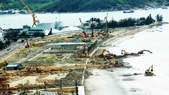 Khu lấn biển Mũi Tấn sẽ được xén đi gần 5ha để đầu tư tòa nhà 40 tầng và công viên. Ảnh: NGỌC OAI