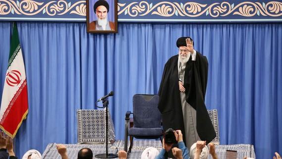 Đại giáo chủ Ali Khamenei. Ảnh: tham dự một cuộc họp hôm 8-1 để nói về các cuộc tấn côngtên lửa vào các căn cứ của Mỹ ở Iraq. Ảnh: Văn phòng báo chí Iran