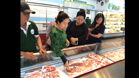 Thịt heo đông lạnh nhập khẩu được bán trong chuỗi  cửa hàng San Hà Foods, góp phần làm giảm áp lực  về nguồn thịt heo nóng cung ứng thị trường tết