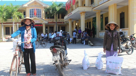 Người dân nghèo xã Triệu Vân, huyện Triệu Phong, tỉnh Quảng Trị  phấn khởi nhận quà tết