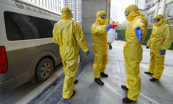 Nhân viên phòng tang lễ trong bộ đồ bảo vệ ở Vũ Hán tự khử trùng sau khi xử lý một nạn nhân tử vong do virus corona. Ảnh: REUTERS