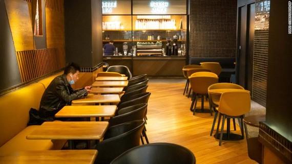 Một cửa hàng ăn uống tại Bắc Kinh, Trung Quốc vắng khách do ảnh hưởng dịch bệnh do virus Corona. Ảnh: AP