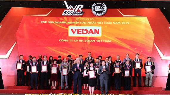 Đại diện Vedan nhận chứng nhận Top 500 Doanh nghiệp lớn nhất Việt Nam năm 2019