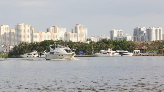 Nhiều người dân ở TPHCM có du thuyền, ca nô đi lại bằng thủy lộ