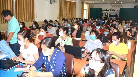 Cán bộ, giáo viên Trường Tiểu học Nguyễn Bỉnh Khiêm tham gia tập huấn biện pháp phòng chống dịch nCoV