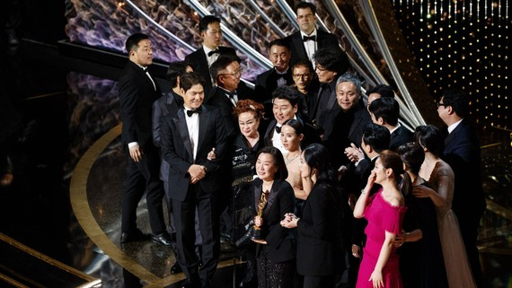 Ê kíp đoàn phim Parasite nhận giải Phim hay nhất.  Ảnh: Oscar.go.com