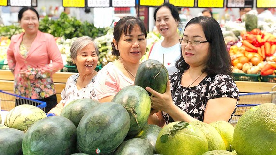 Người tiêu dùng mua dưa hấu, hỗ trợ nông sản trong nước