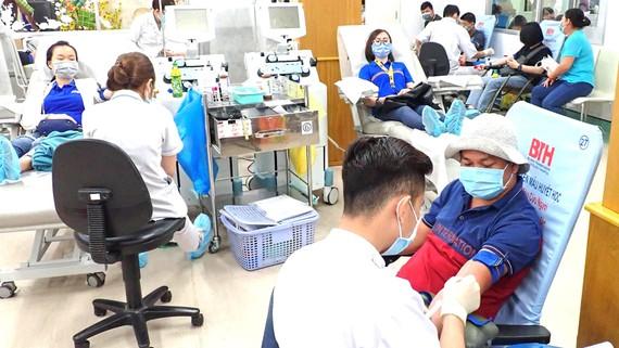 Người dân hiến máu nhân đạo tại Bệnh viện Truyền máu - Huyết học TPHCM. Ảnh: HOÀNG HÙNG