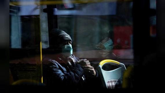Một người phụ nữ đeo khẩu trang được nhìn thấy trên xe buýt tại Thượng Hải, Trung Quốc hôm 12-2-2020. Ảnh: REUTERS