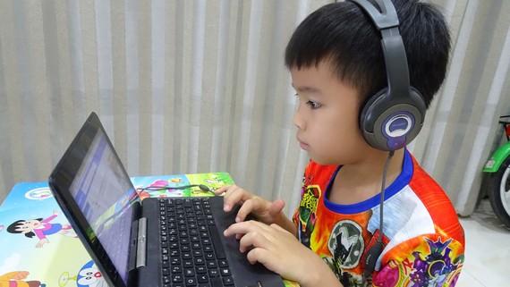 Học sinh tự học trực tuyến tại nhà trong thời gian  nghỉ học vì dịch bệnh