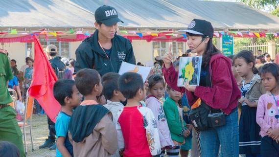 Nhóm BKN tổ chức các hoạt động vui chơi bổ ích cho trẻ em xã Đắk Ang (Ngọc Hồi, Kon Tum)