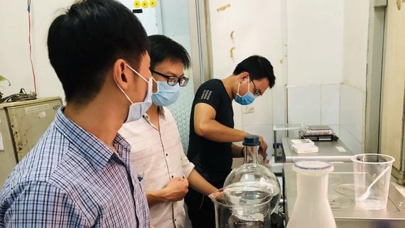 Giảng viên, học viên làm thí nghiệm  tại Trường Đại học Khoa học Tự nhiên TPHCM
