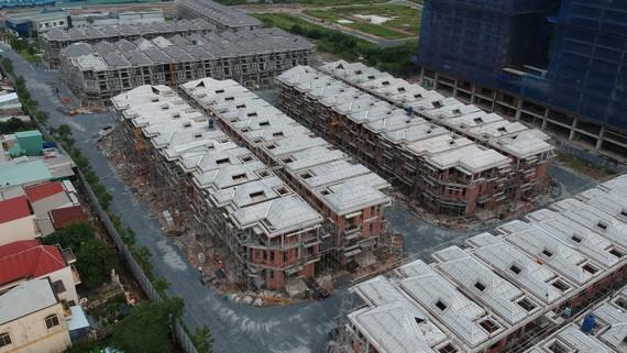 """Một góc Khu dự án 110 biệt thự """"xây chui"""" tại quận 7. Ảnh: CAO THĂNG"""